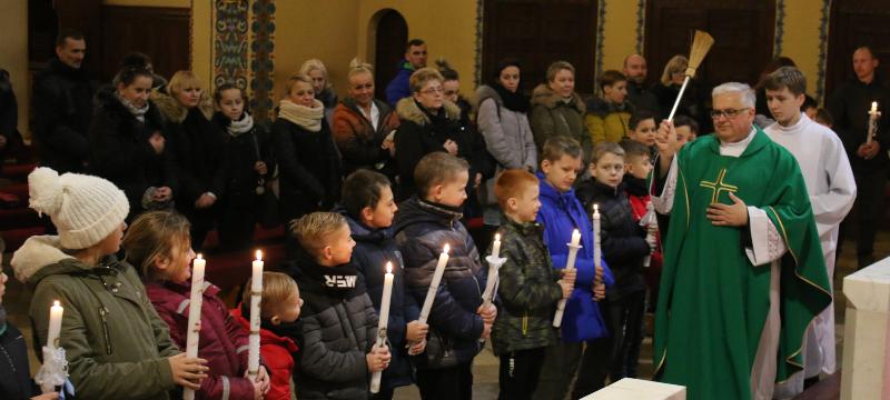 Poświęcenie świec dzieciom pierwszokomunijnym