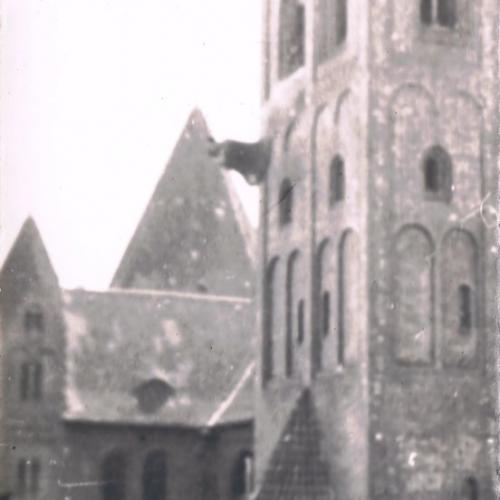 Spadający dzwon z wieży kościoła