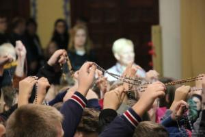 Poświęcenie różańców i modlitwa pod pomnikiem św. Jana Pawła II