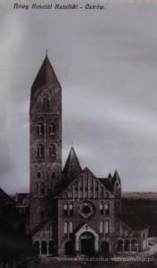 Front nowego kościoła. Z lewej strony widoczny stary, drugi kościół parafialny.