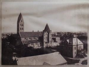Widok od strony południowej. Obok nowej świątyni widoczny stary kościół.