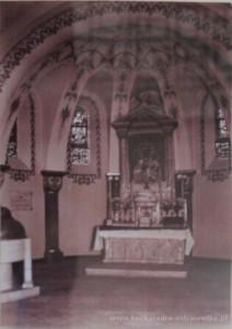 Ołtarz MB Częstochowskiej. Na fotografii widoczne pierwotne ustawienie chrzcielnicy.