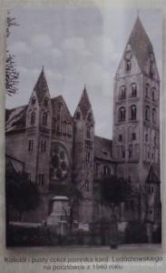 Ostrowska fara i cokół po zniszczonym przez hitlerowców pomniku Ledóchowskiego. Pocztówka z 1940 roku.