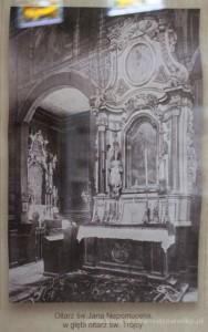 Ołtarz św. Jana Nepomucena, w głębi ołtarz św. Trójcy.