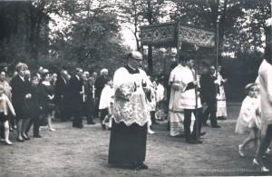 10.05.1970 r. - procesja odpustowa św. Stanisława B.M. Na pierwszym planie Ks. Proboszcz Matuszczak.