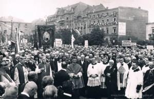 28.06.1925 r. - odsłonięcia pomnika dokonał Ks. Kard. Edmund Dalbor - urodzony w Ostrowie.