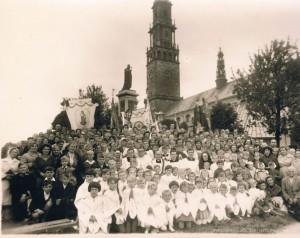 1964 r. - Parafialna pielgrzymka do Częstochowy. Na zdjęciu widoczny Ks. Proboszcz Matuszczak.