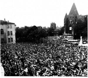 30.09.1984 r. - uroczystości poświęcenia odbudowanego pomnika kard. Ledóchowskiego.